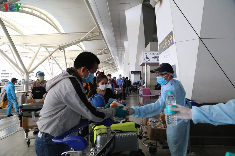 Stranded Vietnamese citizens enjoy safe return home from India