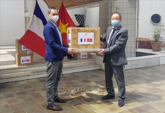Vietnam presents medical face masks to associations in France