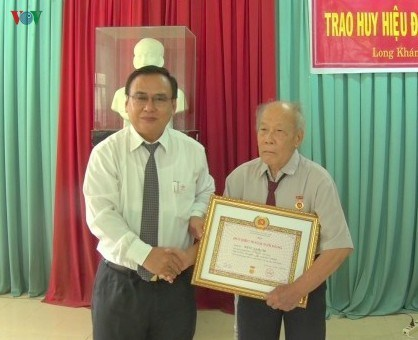Tien Giang province presents 354 Party badges