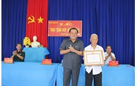 Tien Giang province presented 354 Party badges
