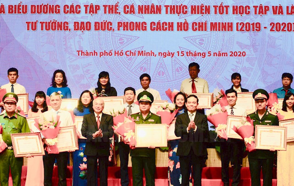 Nearly 400 collectives and individuals honoured for studying and following Ho Chi Minh's ideology, morality and style