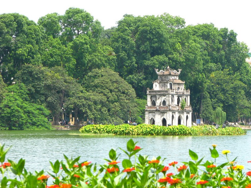 Beauty of Vietnamese lakes attracts tourists