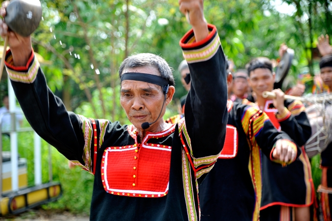 Jrai ethnic people re-enact customs of moving to new Rong house