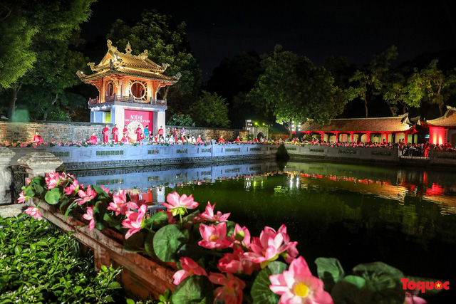 Over 1,000 Ao dai in show at Temple of Literature