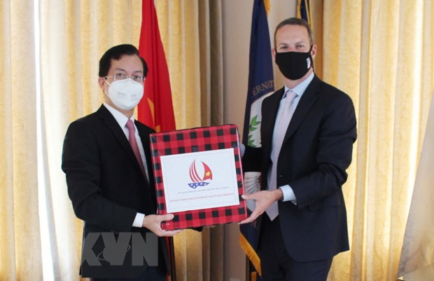 Vietnamese Embassy in US presents face masks to DFC