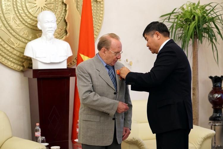 German journalist presented Vietnam's Friendship Medal