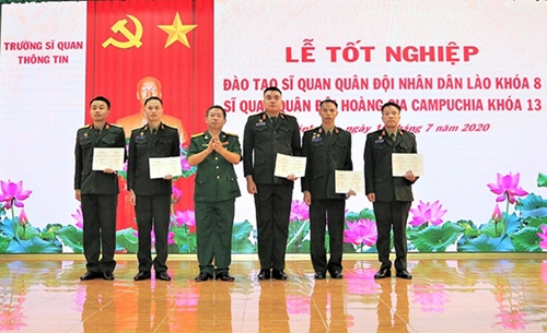 Vietnamese university presents graduation degree to Lao and Cambodia officers
