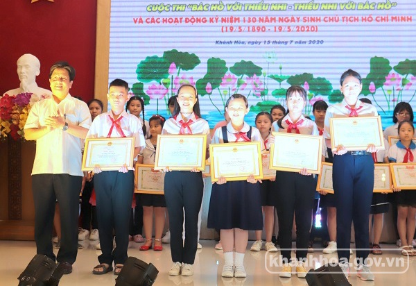 Khanh Hoa presents prizes of contest about Uncle Ho