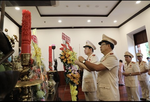 Ho Chi Minh City Public Security delegation offers incense to Uncle Ho
