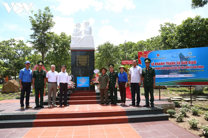 Dak Lak province inaugurates statue of Uncle Ho with border soldiers