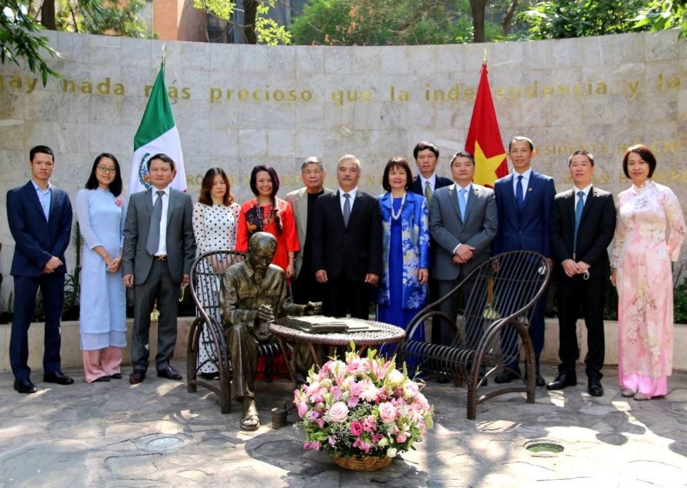 Vietnamese Embassy offers flowers to commemorate Uncle Ho in Mexico