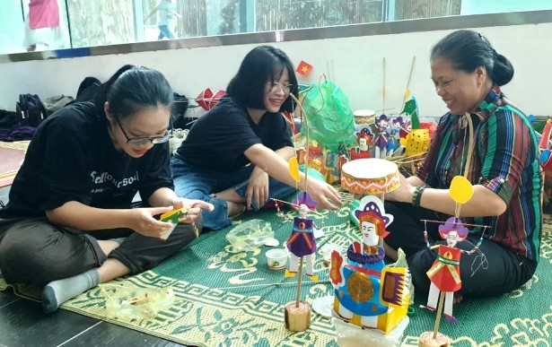 Making traditional toys for Mid-Autumn Festival 2020