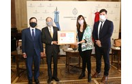 Vietnam presents 20,000 face masks to Argentina