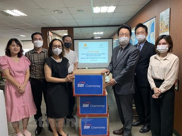 Korean company presents 10,000 face masks to Vietnamese employees