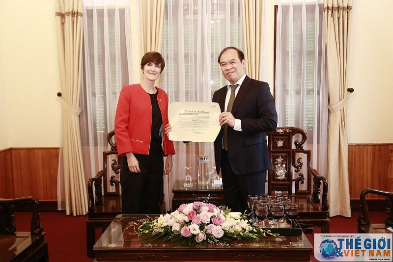 Presenting consular certificate to UK Consulate General in Ho Chi Minh City