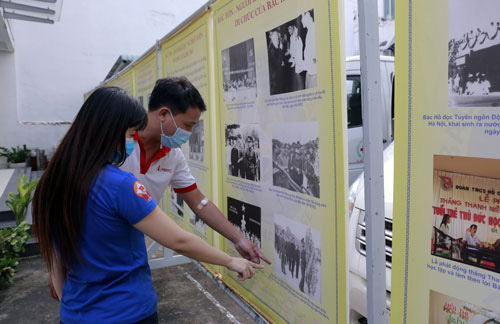 Photo exhibition on Uncle Ho, Uncle Ton in HCM City