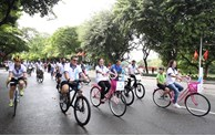 Hundreds of foreigners join cycling activity for green Hanoi city