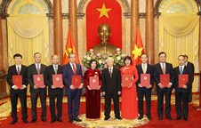 Top leader presents appointment decisions to new ambassadors