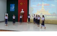 Quang Binh presents gifts to Lao students