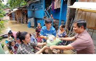 Vietnamese Consulate General presents gifts to flood victims in Cambodia