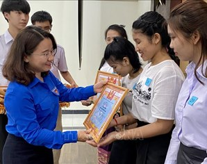 Southern city honours outstanding Lao and Cambodian students