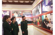 300 photos and documents on General Le Duc Anh displayed in Hanoi