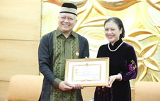 Indonesian Ambassador receives the Medal for Peace and Friendship among Nations