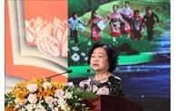 Presenting scholarships to 155 ethnic students in Dak Lak