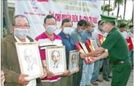 Fishermen in Soc Trang presented national flags, Uncle Ho