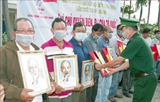 Fishermen in Soc Trang presented national flags, Uncle Ho's portraits