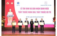 """Vice President presents title of """"People's Doctor"""" to five doctors"""