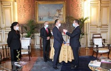 Vietnamese Ambassador in Paris receives French honour