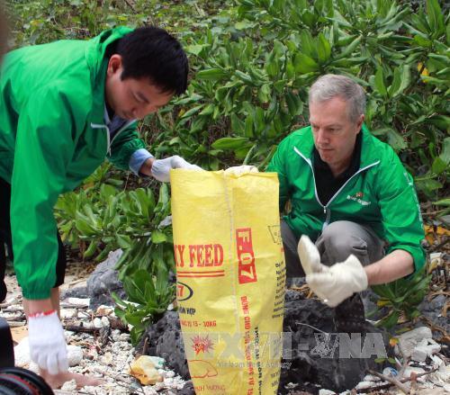 """L'ambassadeur américain Ted Osius et plus de 100 bénévoles au programme """"Agir pour une Ha Long verte"""""""