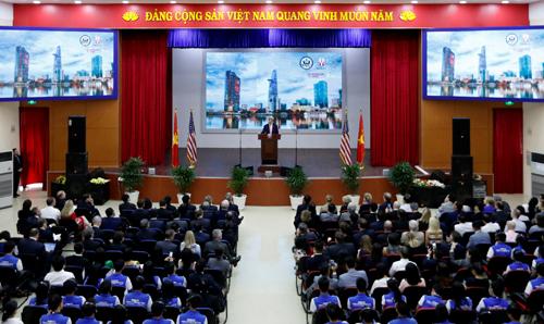 John Kerry rencontre des étudiants de Ho Chi Minh-Ville