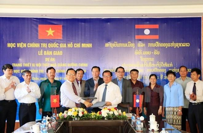 Le Vietnam offre des équipements à l'Académie nationale de politique et d'administration du Laos