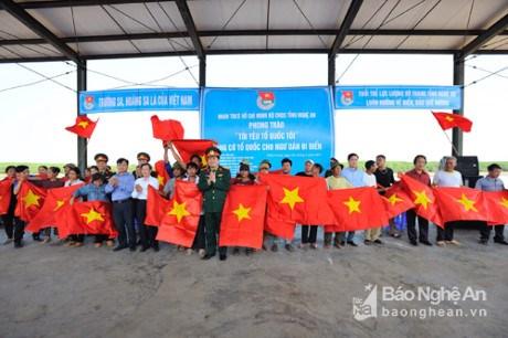Nghe An: quelque 2.000 drapeaux du Vietnam remis à des pêcheurs