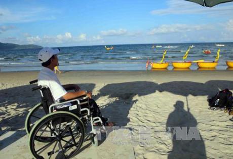 L'ancien Premier ministre japonais remet des fauteuils roulants