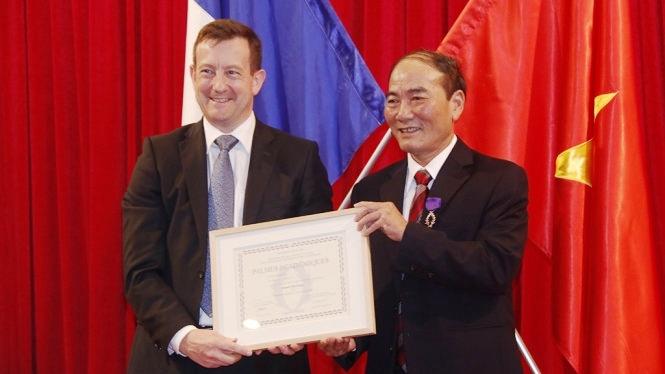 Deux Vietnamiens décorés de l'Ordre des Palmes Académiques français