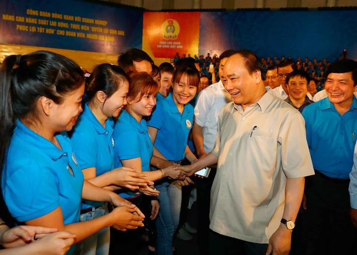 Le PM vietnamien dialogue avec des ouvriers du Centre