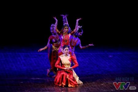 Danses indiennes en l'honneur des 45 ans des relations diplomatiques Vietnam - Inde