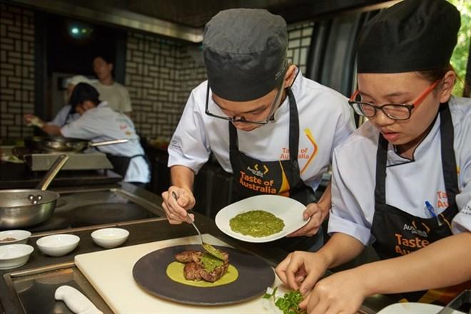 Deux élèves de Hanoi gagnent la compétition culinaire