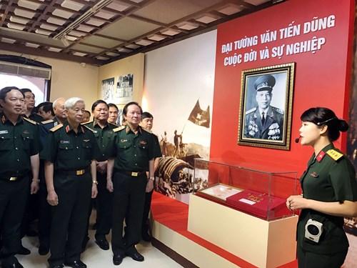 """Ouverture de l'exposition """"Le général Van Tien Dung – Sa vie et sa carrière"""""""