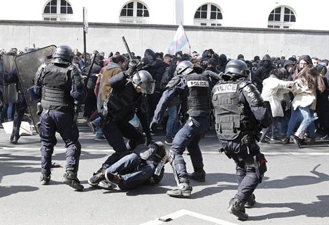 Présidentielle: heurts à Paris en marge du défilé du 1er mai, Le Pen et Macron en meeting