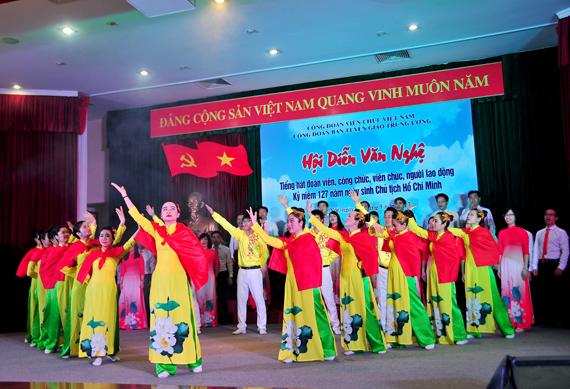 Festival  en l'honneur du 127e  anniversaire du Président Ho Chi Minh