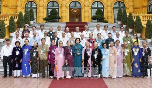Dang Thi Ngoc Thinh reçoit des personnes méritantes de Vinh Long