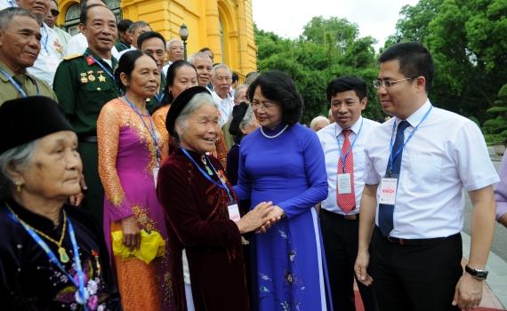 La vice-présidente Dang Thi Ngoc Thinh reçoit les personnes méritantes de Thai Binh