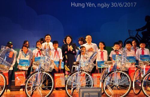 La vice-présidente Dang Thi Ngoc Thinh offre des bourses à des élèves démunis de Hung Yên
