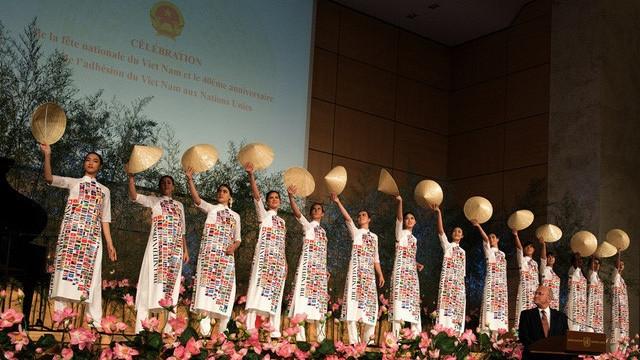 """Quand le """" ao dài """" est présenté au siège de l'ONU à Genève"""