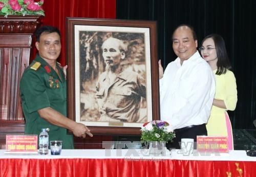 Nguyen Xuan Phuc rend visite à des invalides de guerre à Hai Phong