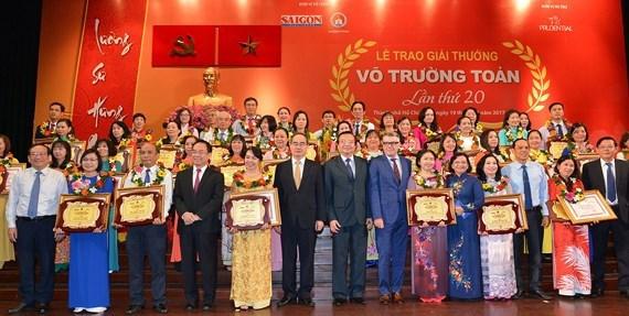 Le pays en fête pour la Journée des enseignants vietnamiens